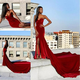 Vestidos de veludo vermelho sem alças elegante on-line-Red Velvet sereia Vestidos Strapless alta Dividir Prom vestidos longos de trem vestidos aljasmi elegante vestidos de festa Traje a Rigor Yousef