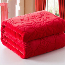 Mantas tamaño queen online-Textiles para el hogar Manta de vellón coralina de color sólido rojo Europa Mantas gruesas de tacto suave estampadas en relieve Throw on Bed / sofa / travel Queen Size