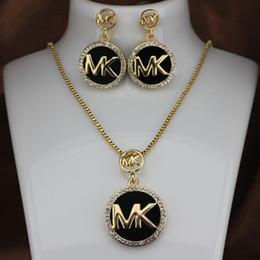Серьги для женщин онлайн-Мода M Марка ожерелье серьги комплект ожерелье женщина Полный алмазов мигающий письмо серьги