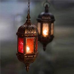 lanterne in vetro di ferro Sconti Candela d'attaccatura romantica marocchina di vetro della lanterna multicolore della candela della candela del ferro romantico per le feste all'aperto del patio nozze
