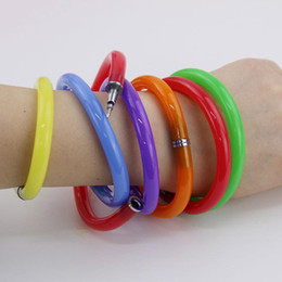 Гибкие браслеты онлайн-5 шт. гибкие симпатичные мягкие пластиковые браслет Браслет шариковые ручки школа офисная техника подарок на День Рождения