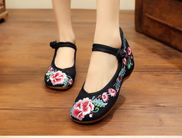 Wholesale Height Increasing Shoes China - China wind 2018 fashion week zhuangyuan flower spring new ethnic wind embroidery low heel antiskid dance shoes leisure single shoes.