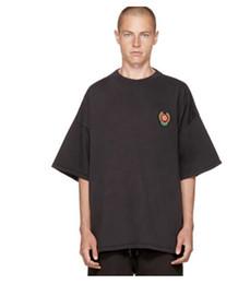 Frauen-abzeichenhemd online-KANYE WEST Baumwolle High Street YEE T-Shirt Männlich póló. Casual Badge Design Print T-shirt Frauen Rundhalsausschnitt Kurzarm T-shirts Männlichen Tops