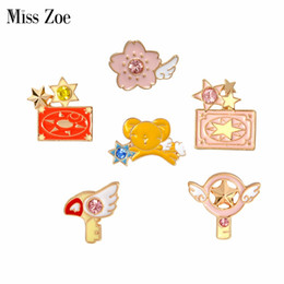 Chaqueta vaquera estrella online-Miss Zoe Card Captor Sakura Clow Card Alas Star Stick Bird KERO Broche Denim Jacket Pin Insignia Japanese Animation Jewelry