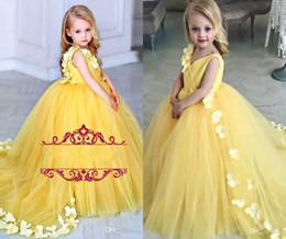 75f3d1f472292 Sarı Çiçek Kız Elbise Düğün İçin V Boyun Saten Tül Yaprakları Sweep Tren Balo  Kızlar Pageant Elbise Düğün Doğum Günü Partisi Törenlerinde supplier flower  ...