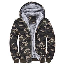 2de54a4ed43 Бесплатная доставка тапочная одежда камуфляж теплый Hoodies мужчин 2018  зима плюс бархатная куртка толстые мужские с капюшоном мужские теплые  пальто Camo
