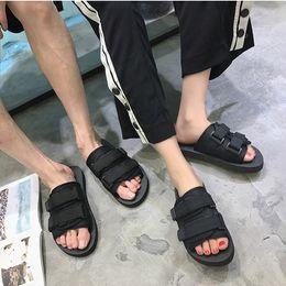 Black Hot vender verão Homens flats sandálias chinelos sapatos casuais imprimir cores misturadas flip flop tamanho 39-46 de Fornecedores de bomba de porco
