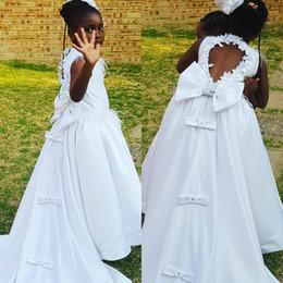 vestidos de dama de honra pena Desconto 2019 fada branco flor menina vestidos de contas de penas arco oco alta baixo trem da varredura crianças da dama de honra vestidos de festa vestidos