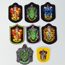 cerimonie harry potter gryffindor Sconti 10 Disegni Distintivo di Harry Potter Patch Grifondoro Serpeverde Corvonero Tassorosso Scuola Distintivo Ricamato Regali Di Natale TY7-428