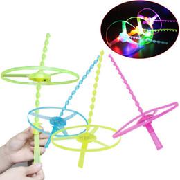 2019 brinquedo do ufo das luzes de vôo 50 PCS Spin LED Frisbees Brinquedo Frisbees Boomerangs Flying Saucer UFO Brinquedos para festa de aniversário do miúdo das Crianças presentes coloridos lâmpadas Xmas do dia das bruxas desconto brinquedo do ufo das luzes de vôo