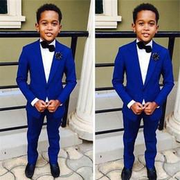 2019 traje de niños blancos solapas de satén Royal Blue Kids Boda formal Novios Tuxedos 2019 Dos piezas de solapa con muescas Flor Niños Niños Fiesta de baile chaqueta y pantalones