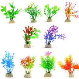 Fish tank decorations online-Plantas de acuario artificiales Plantas de agua de plástico Pescado en casa restaurante Tanque Decoraciones varios estilos