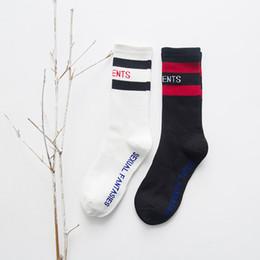Calcetines Vetements Letter otoño invierno VT calcetines mediados de pantorrilla negro blanco calcetines de algodón a rayas con logo Hip Hop Stockings desde fabricantes