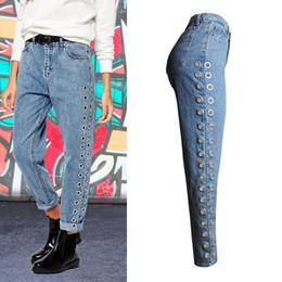 И в пир, и в мир: как звезды носят джинсы-бойфренды?