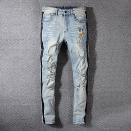 Patch-licht online-2019 italienische mode herren designer jeans hellblau persönlichkeit loch abzeichen patch schlanke kleine gerade fd herren jeans größe 29-30-31-40