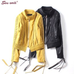 cuir de chaqueta Promotion Jaune oeillet plaite manches en cuir veste femmes punk noir moto évider manteau maille chaqueta mujer sangles abrigos mujer appare