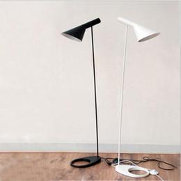 Nordic Design Preto Branco AJ Lâmpadas de Assoalho Luzes de Pé E27 CONDUZIU a Lâmpada de Chão de Metal Luz para Sala de estar Breve casa de iluminação de moda quarto de