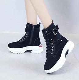 Zapatos de cuña de cuero nobuck online-Mujeres Vintage Nubuck botines de cuero para mujer cuñas ocultas botas otoño invierno plataforma pisos zapatos casuales mujer