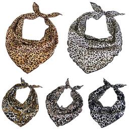 5f8ac8cc803b Femmes Filles En Mousseline De Soie Léopard Imprimé Triangle Cou Écharpe  Bandana Foulard Cravate À Cheveux Vintage Hijab Poignet Ruban Cadeau
