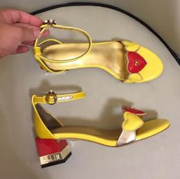 2019 sandali a punta del cuore Newest Street sandali stile estivo tacco grosso Moda giallo Tacchi alti open toe scarpe da sposa sandali in pelle verniciata dolce cuore sandali a punta del cuore economici