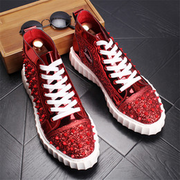 2019 disegni scarpe maschili Fashion Brand Design Scarpe da uomo Red Spikes High Top Sneakers Calzature maschili Lace Up Outdoor Shoe For Men 13 # 40D50 disegni scarpe maschili economici