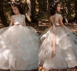 2018 Nuevos vestidos para niñas de flores con moños con volantes Apliques Casquillo de manga Vestidos para niñas Longitud del piso desde fabricantes
