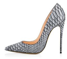 Modelli di scarpe con tacco alto online-Scarpe da festa sexy da donna in pitone grigio Décolleté con tacco a punta Décolleté con motivo a serpente bianco Décolleté in raso con tacco a spillo