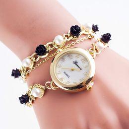 Перламутровые часы онлайн-Fashion Imitation Pearl and Rose Chain Bracelet Watch Ladies Dress Quartz Watches Flowers Bracelet Quartz Wristwatch Clock