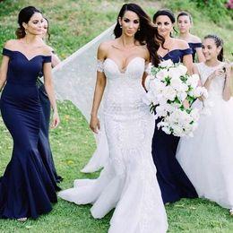 Argentina Vestidos de dama de honor de sirena azul marino 2019 Nuevo diseño Vestidos de dama de honor de tafetán elegantes personalizados fuera del hombro Vestidos de invitados de boda B92 Suministro