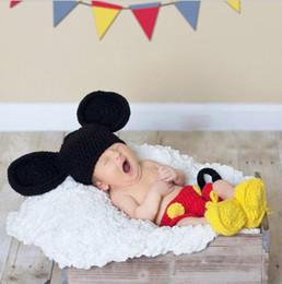 I pattini del cappello del bambino dell'uncinetto hanno impostato online-Mickey Disegni Crochet Baby Cappelli Puntelli Foto Infant Costume Outfits Neonato Crochet berretti pantaloni scarpe Vestiti fatti a mano vestiti neonato set