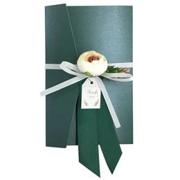 Inviti di seta online-Carta per inviti di nozze verde Carta perlata con fiori di seta fatti a mano Baby Shower Biglietti d'invito di compleanno, gratuiti su misura