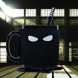 мечи ниндзя Скидка Ниндзя Керамическая кружка черная маска меч ложка кофейная чашка молоко стекло чай кружки acttion рисунок пальцы вверх кружка AAA782