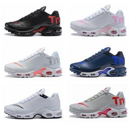 new styles 66f19 66185 2018 Nouveaux Hommes Femmes Mercurial Plus Tn Ultra SE Noir Blanc Rose  Desinger Chaussures De Course En Cuir Hommes Tns Sports En Plein Air  Baskets De ...