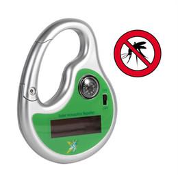 Ganchos de insectos online-Portátil electrónico repelente de mosquitos gancho tipo repelente de plagas Asesino solar ultrasónico mosquito insecto con brújula Gadgets al aire libre DDA561