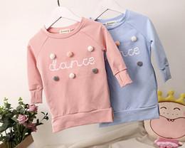 Vestidos de lã de manga comprida on-line-Bebê Meninas Carta Vestidos Crianças Bolas De Lã Sólida Designer de Roupas Bonitas Impresso Dança de Manga Comprida Roupas Elásticas Primavera Outono 3-8 T