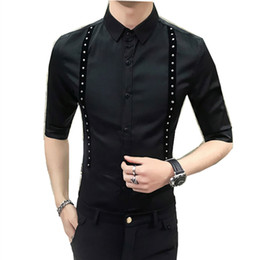 Decoração coreana on-line-Qualidade verão camisa do smoking Homens coreano Slim Fit vestido ocasional Shirts Mens Rebites Decor Metade Party Club Noite vestido camisa manga