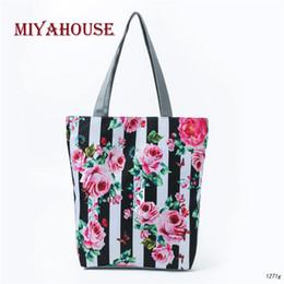 Bolsos negros estampado floral online-Miyahouse diseño de rayas a rayas blancas y negras bandolera de lona de las mujeres floral impreso bolso de mano de señora beach bag de verano