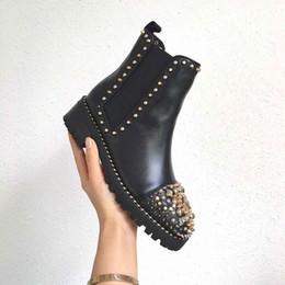 2019 botas de cuero de remache alto botas de los diseñadores de las mujeres del remache de la decoración de la cabeza de zapatos de alta calidad de cuero de vaca genuino Negro y la planta del pie zapatos de las mujeres rebajas botas de cuero de remache alto