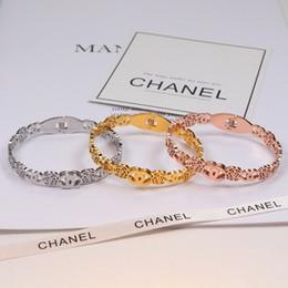 Braccialetto floreale online-Classico bracciali floreali Camellia Hollow Lettera donne Bangle 18K titanio acciaio braccialetti femminili per il regalo di compleanno