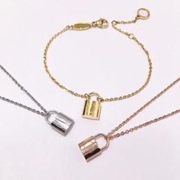 Hermosos collares para mujer online-Venta al por mayor de alta calidad de joyería de acero inoxidable hermosa moda caridad tridimensional pequeña cerradura pulsera y collar para las mujeres C19010501