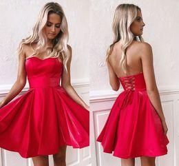 2019 vestido de regresso a casa joelho vermelho Barato Curto Homecoming Vestidos Pouco Red Strapless Backless até o Joelho Comprimento Cetim Mini Cocktail Party Vestidos BM0940 vestido de regresso a casa joelho vermelho barato