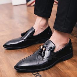 2019 sapatos masculino loafer 2018 Transporte da gota Plus Size 38-47 Clássico Confortável Homens Borla Sapatos Formais Mocassins Masculino Festa de Casamento Apontou Sapatos Baixos desconto sapatos masculino loafer