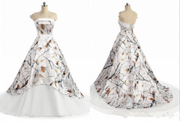 Vestido de novia sexy blanco rojo sin tirantes online-White camo country wedding dresses 2019 modern strapless lace-up corset back realtree camouflage boho beach bridal wedding gown