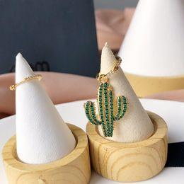brinco dourado desenhos Desconto 2019 as mais recentes senhoras charmoso e charmoso diamantes de prata de ouro cactus brincos assimétricos design senso de brincos de pingente de orelha.