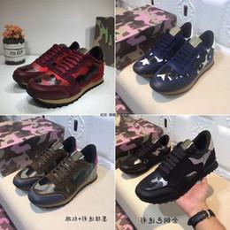 Cravate unisexe en Ligne-Valentino 2019 chaussures de sport pour femmes / hommes camouflage en cuir cravate amoureux des chaussures de luxe rivet unisexe chaussures plates en boîte