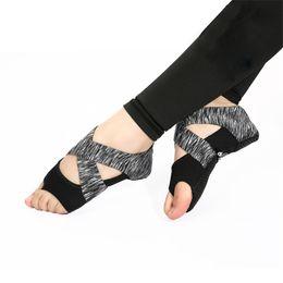 Scarpe da ginnastica yoga online-Benissimo calze yoga scarpe solette balletto antiscivolo punta cinque dita Sport Pilates calze massaggianti sottopiede morbido avvolgere l'allenamento di danza per le donne