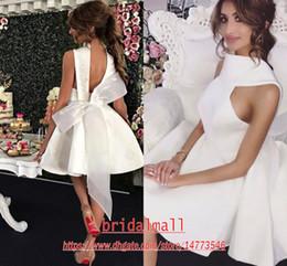 Pequeños vestidos de novia sexy online-Sexy Little White Dama de honor con arco abierto Una Parte línea corta de raso bordado vestido trasero barato vestido de cóctel de boda del vestido invitados
