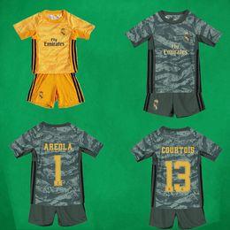 Pantalones de jersey para niños online-Portero de fútbol jerseys de los cortocircuitos 2019/20 COURTOIS camisa y pantalones equipos de fútbol del fútbol de los niños Kits Boy AREOLA 19 20 Real Madrid Niños