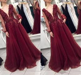 2020 vestido largo color burdeos Glitter Perlas Borgoña una línea vestidos de baile 2020 de Sudáfrica cuello V manga larga de noche formal del vestido de los vestidos al por mayor de los vestidos de alta calidad vestido largo color burdeos baratos