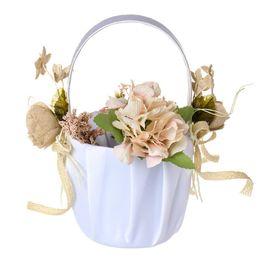 Canasta de flores de novia online-Cesta de flores de boda Novia de boda de encaje blanco Mini cesta de flores portátil Suministros de fiesta occidental Artificial